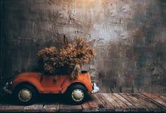 Retro bilar på träför tabell och gammal väggbakgrund för textur Royaltyfri Fotografi
