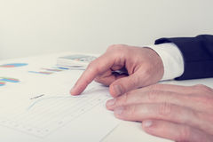 Retro bild av affärsmannen som analyserar utskrivavna affärsdokument Fotografering för Bildbyråer
