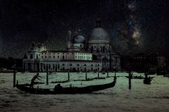 Retro- Bild der schönen Kunst mit Gondel auf dem Kanal groß nachts mit hölzernem Plankenboden für Vordergrund, Vollmond und milch lizenzfreie stockfotos