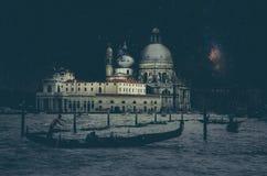 Retro- Bild der schönen Kunst mit Gondel auf dem Kanal groß nachts mit hölzernem Plankenboden für Vordergrund, Vollmond und milch stockbilder