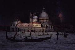 Retro- Bild der schönen Kunst mit Gondel auf dem Kanal groß nachts mit hölzernem Plankenboden für Vordergrund, Vollmond und milch lizenzfreies stockbild