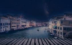 Retro- Bild der schönen Kunst mit Gondel auf dem Kanal groß, Venedig, es stockfotografie