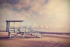 Retro- Bild der Weinlese des hölzernen Leibwächterturms, Strand in Califo Stockfotografie
