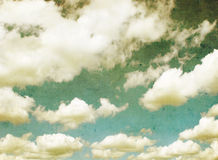 Retro- Bild des blauen bewölkten Himmels Stockfotos