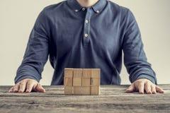 Retro- Bild des Geschäftsmannes, des Studenten oder des Ingenieurs, die an seinem d sitzen Stockbild