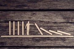 Retro- Bild des Stoppens des Domino-Effekt-Konzeptes lizenzfreie stockfotografie
