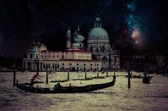 Retro bild för konst med gondolen på kanalen som är stor på natten med det wood plankagolvet för förgrund, fullmåne och mjölkakti Royaltyfria Bilder