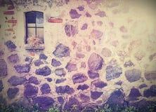 Retro bild för tappning av stenväggen med fönstret Royaltyfri Bild