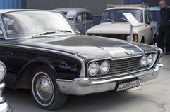 Retro bilFord Fairlane 500 frigörare 1960 Royaltyfria Foton