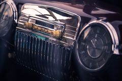 Retro binnenland van uitstekende auto stock foto