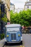 retro blå bil Arkivbild