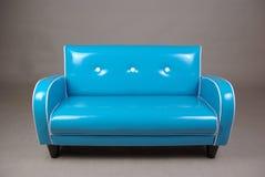 retro blå soffa Arkivbild