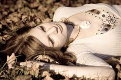 Retro bladeren van het Meisje autunm Stock Foto's