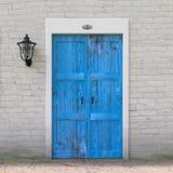 Retro- blaue Tür in der alter Schmutz-weißen Backsteinmauer mit Weinlese-Eisen-Laterne Wiedergabe 3d stock abbildung