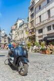 Retro blauwe autoped op oude de stadsstraat van Boekarest Royalty-vrije Stock Fotografie