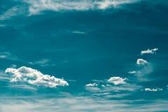 Retro Blauwe de Zomerhemel en Wolken Stock Afbeeldingen