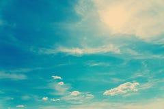 Retro Blauwe de Zomerhemel en Wolken Royalty-vrije Stock Fotografie
