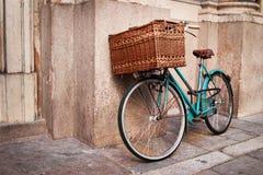 Retro blauwe fiets met grote mand Stock Afbeelding