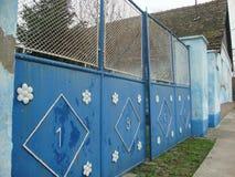 Retro blauwe poort van landelijk huis Stock Afbeelding
