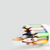 Retro- Bleistifte auf dem grauen Hintergrund Lizenzfreie Stockfotos