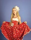 Retro blick och frisör, makeup i övre stil för stift retro flicka i röd klänning arkivbilder
