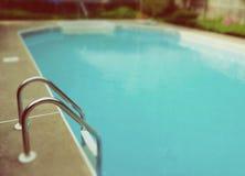Retro--Blick-Swimmingpool-Leiter lizenzfreie stockfotos