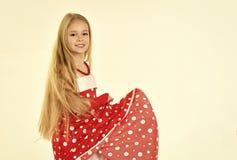 Retro- Blick und Friseur, Make-up im Stift herauf Art Retro- Mädchen im roten Kleid Lizenzfreies Stockbild