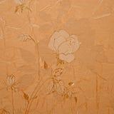 Retro blom- tapet i guld- design Arkivfoto
