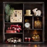 Retro Bożenarodzeniowe dekoracje i zabawki w drewnianym pudełku Obraz Stock