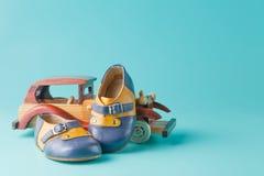 Retro bottini del cuoio del bambino con l'automobile d'annata del giocattolo Immagini Stock