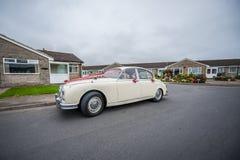 Retro bröllopbil för vit Royaltyfri Bild
