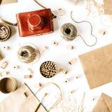 Retro- brauner Artarbeitsplatz des Freiberuflers mit Weinlesefotokamera, Handwerksumschlag, Bleistifte, Werkzeuge Lizenzfreie Stockfotografie
