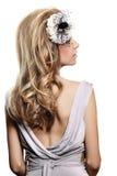 Retro- Braut mit geöffnetem kleiden zurück an Stockfotos