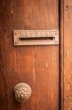 Retro- Briefkasten auf alter Holztür Stockbilder