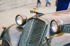 Retro bronsbil för pannlampa i regnväder Royaltyfri Fotografi