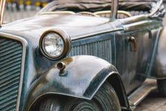 Retro bronsbil för pannlampa i regnväder Royaltyfri Bild