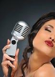 retro brunetka mikrofon Zdjęcia Royalty Free
