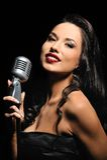 retro brunetka mikrofon Fotografia Royalty Free