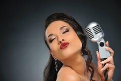 retro brunetka piękny mikrofon Fotografia Stock