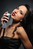 retro brunetka piękny mikrofon Obrazy Royalty Free