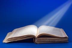 Retro- Buch mit hellen Strahlen Lizenzfreies Stockbild