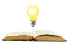 Retro- Buch und Lampe lizenzfreie stockfotos