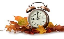 Retro budzik w jesień liściach Obrazy Royalty Free