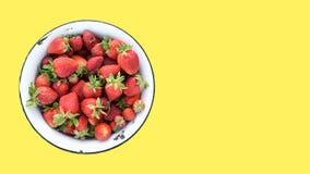Retro bunke av nya jordgubbar från eget fält som isoleras på en gul bakgrund, bästa sikt, kopieringsutrymme för text Arkivbilder