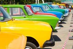 Retro- bunte Automobile lizenzfreie stockfotos