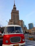 Retro bus en het Paleis van Cultuur en Wetenschap stock fotografie