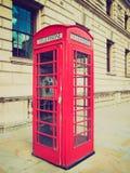 Retro cabina telefonica di Londra di sguardo Fotografie Stock Libere da Diritti