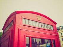 Retro cabina telefonica di Londra di sguardo Immagini Stock Libere da Diritti