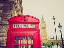 Retro cabina telefonica di Londra di sguardo Fotografia Stock Libera da Diritti