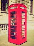 Retro cabina telefonica di Londra di sguardo Fotografie Stock